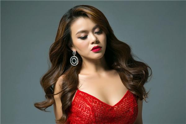 Cùng với việc giới thiệu single cùng tên, khán giả lại có dịp thấy hình ảnh Hải Yến xoã tóc dài, váy ôm quyến rũ, gợi cảm.