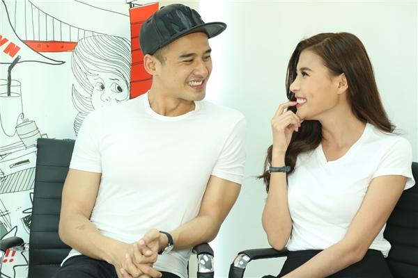 Hai vợ chồng liên tục cười đùa tạo không khí vui vẻ cho buổi livestream. - Tin sao Viet - Tin tuc sao Viet - Scandal sao Viet - Tin tuc cua Sao - Tin cua Sao