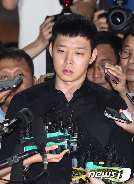 Yoochun thất thần lần đầu trình diện tại Sở Cảnh sát