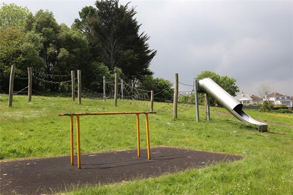 Các bậc phụ huynh cần hết sức cẩn thận khi đưa con mình đi chơi công viên.