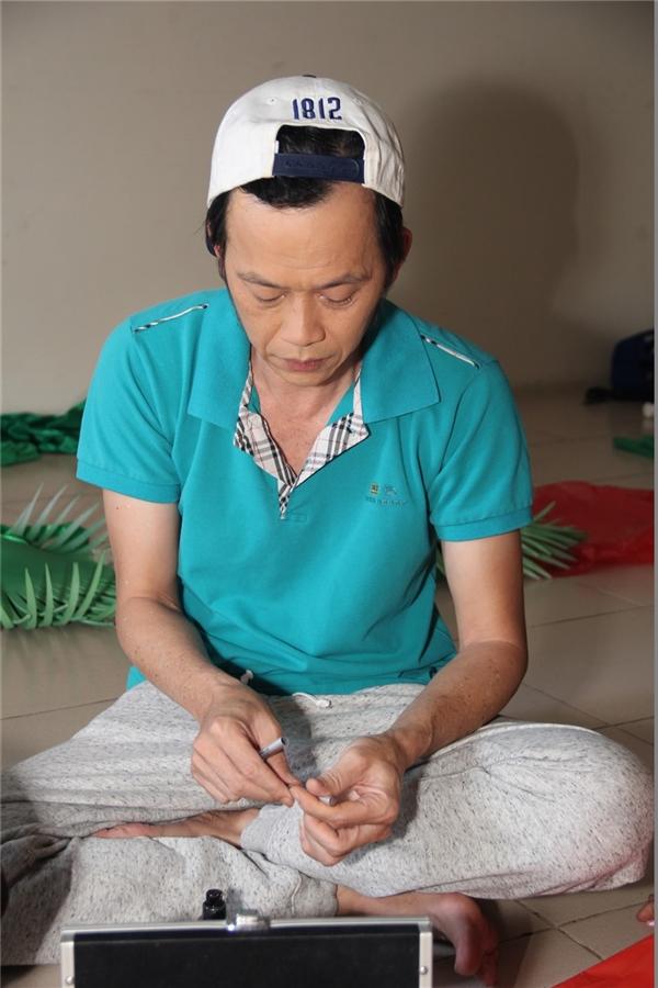 """Có mặt tại buổi ghi hình vòng """"Thể hiện tài năng"""" thứ hai của Thử Tài Siêu Nhí, NSƯT Hoài Linh chọn cho mình phong cách dân dã với áo thun, quần thể thao và đôi dép lào """"huyền thoại"""". Là nghệ sĩ tên tuổi và đắt show nhất nhì showbiz Việt, cuộc sống sau sân khấu của NSƯT Hoài Linh giản dị như chính tính cách của danh hài. - Tin sao Viet - Tin tuc sao Viet - Scandal sao Viet - Tin tuc cua Sao - Tin cua Sao"""