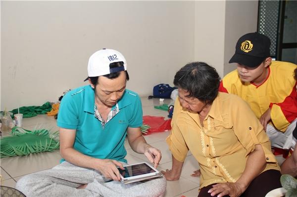 Dù bận rộn với lịch ghi hình nhưng NSƯT Hoài Linh luôn sẵn sàng dành thời gian chia sẻ và trò chuyện thân thiết cùng người hâm mộ. - Tin sao Viet - Tin tuc sao Viet - Scandal sao Viet - Tin tuc cua Sao - Tin cua Sao