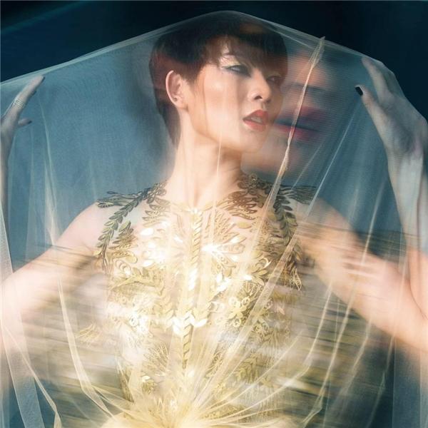 Nữ diễn viên rèn luyện kĩ năng chụp ảnh trước khi bước vào ngôi nhà chung. Kim Nhã là thí sinh chiến thắng cuộc thi Top Model Online nhờ bình chọn của khán giả.