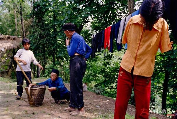 Cha mẹ Lệ Bình đã gửi cô cùng 2 người em trai một tuổi và ba tuổi cho ông bàchăm sóc để đến Quảng Đông làm việc kiếm tiền.