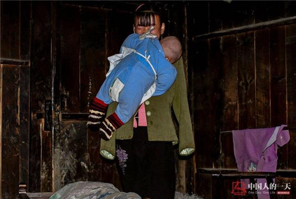 Cảm phục nghị lực phi thường của người mẹ trẻ không tay