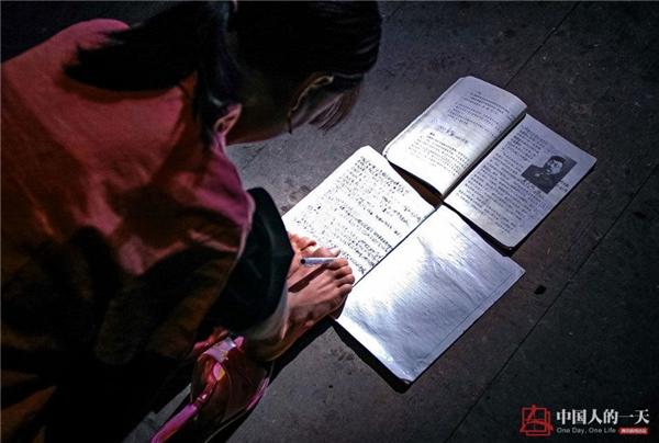Vìkhông được đến trường nêncô bé đã mượn sách của em trai mình để tự học.