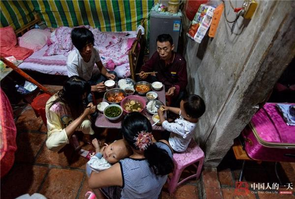 Hiện tại gia đình 7 người của cô đang sống trong một ngôi nhà nhỏ nhưng vô cùng ấm cúng.