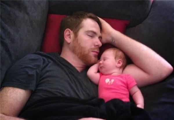 Mới có chút tẹo mà đã bày đặt gác đầu lên tay ngủ giống bố này.
