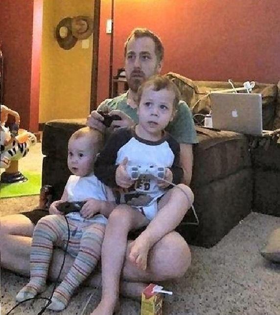 """Cả nhà 3 bố con mình cùng chơi game, mặc cho mẹ ôm đầu """"bó não""""."""