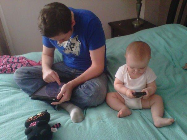 Bố lớn bố dùng máy tính bảng, con nhỏ con cầm smartphone thôi.