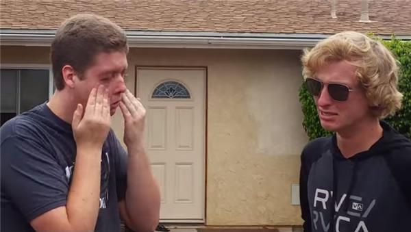Ngay khi đeo kính vào, hai anh em không cầm được nước mắt khi lần đầu được nhìn thấy những màu sắc rực rỡ, sống động đến vậy. (Ảnh: YouTube)