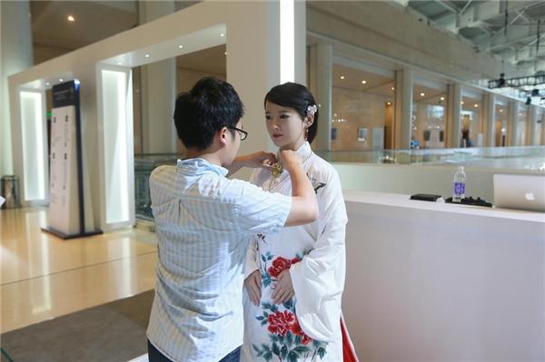 Jia Jiakhông thể tự cử động để mặc quần áo.