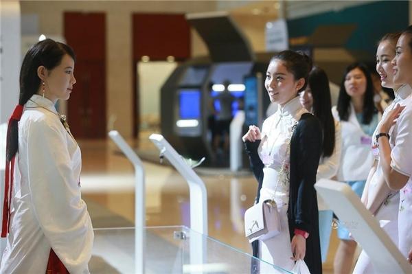 Những cô gái phải thốt lên vì ghen tị với vẻ đẹp của Jia Jia.
