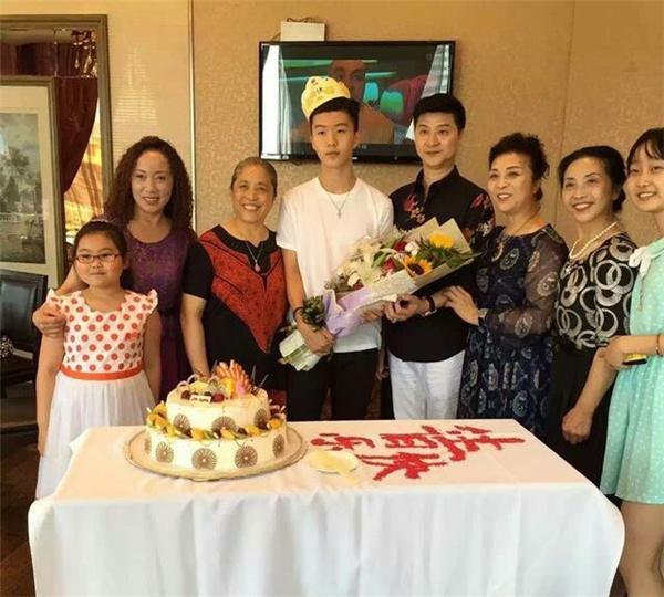 Em trai Phạm Băng Băng chụp ảnh cùng bố mẹ trong tiệc sinh nhật 16 tuổi