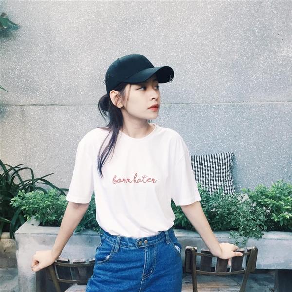 Chi Pu trông vô cùngnăng động, trẻ trungvới áo phông trắng và quần jeans đơn giản.