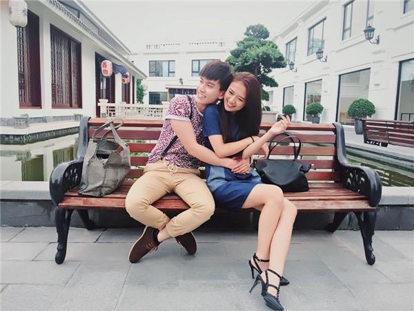 """Trang Cherry và Dũng Bino lại """"gây sốc"""" khi đăng ảnh ôm eo tình tứ khiến các fan càng thêm nghi ngờ chuyện""""phim giả tình thật"""" của cặp đôi."""