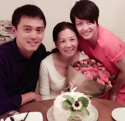 Hai chị em bên mẹ trong ngày sinh nhật của bà