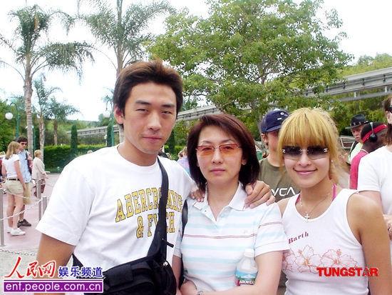 Ảnh chụp cả gia đình Tiêu Á Hiên gồm mẹ và em trai