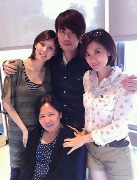 Vệ Tư Lý chụp ảnh cùng chị gái và gia đình