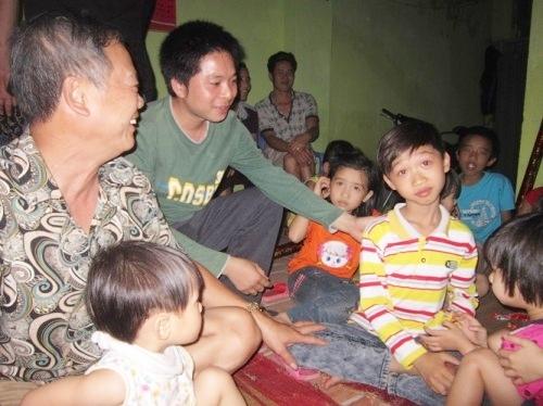 Tuy nhiên, với niềm đam mê ca hát mãnh liệt, cậu bé 9 tuổi đã mang về vinh quang và góp phần giúp gia đình em thoát nghèo. Hiện tại, gia đình Đức Vĩnh đang sở hữu một ngôi nhà hai tầng khang trang thay vì nhà cấp 4 tuềnh toàng trước đây. - Tin sao Viet - Tin tuc sao Viet - Scandal sao Viet - Tin tuc cua Sao - Tin cua Sao