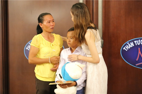"""Chia sẻ với phóng viên trong cuộc phỏng vấn gần đây, chị Thu - mẹ cậu bé Hồ Văn Cường cho biết: """"Bữa lên Sài Gòn thi vòng loại, vợ chồng tôi vay mượn của bà con 500.000 ngàn đồng làm phí đi đường. Mua vé xe cho 2 mẹ con, tôi còn dư 50.000 đồng trong túi. Sau đó, người bà con sống tại thành phố giúp đỡ nên hai mẹ con tôi không mất chi phí đi lại ở đó"""". - Tin sao Viet - Tin tuc sao Viet - Scandal sao Viet - Tin tuc cua Sao - Tin cua Sao"""