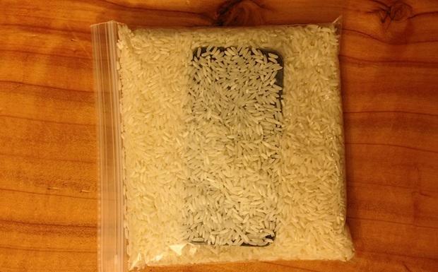 Một túi gạo là những gì bạn cần để hút ẩn iPhone. (Ảnh: Internet)