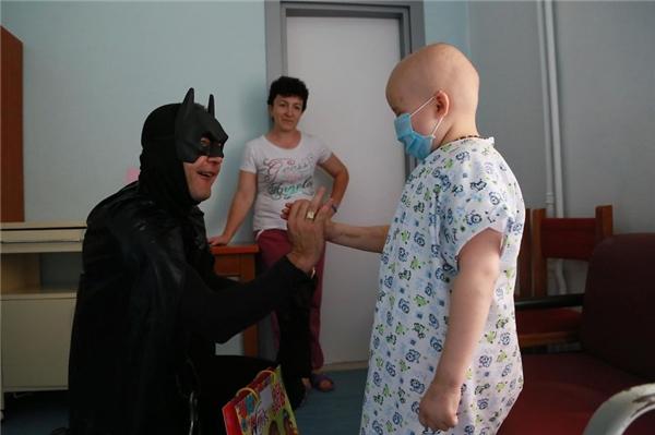 Bàn tay ấm áp của các siêu anh hùng đem đến niềm vui cho các bệnh nhi.
