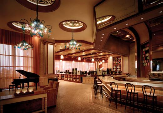 Nhà hàng The Grand Bistro mang đậm phong cách cổ điển, nơi Bếp trưởng sáng tạo nên những công thức món ăn hấp dẫn, đặc sắc.