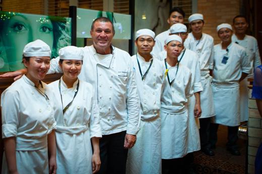 Bếp trưởng Jean Francois giới thiệu đội ngũ bếp giàu kinh nghiệm và tâm huyết trong buổi dạ tiệc rượu tại The Grand.