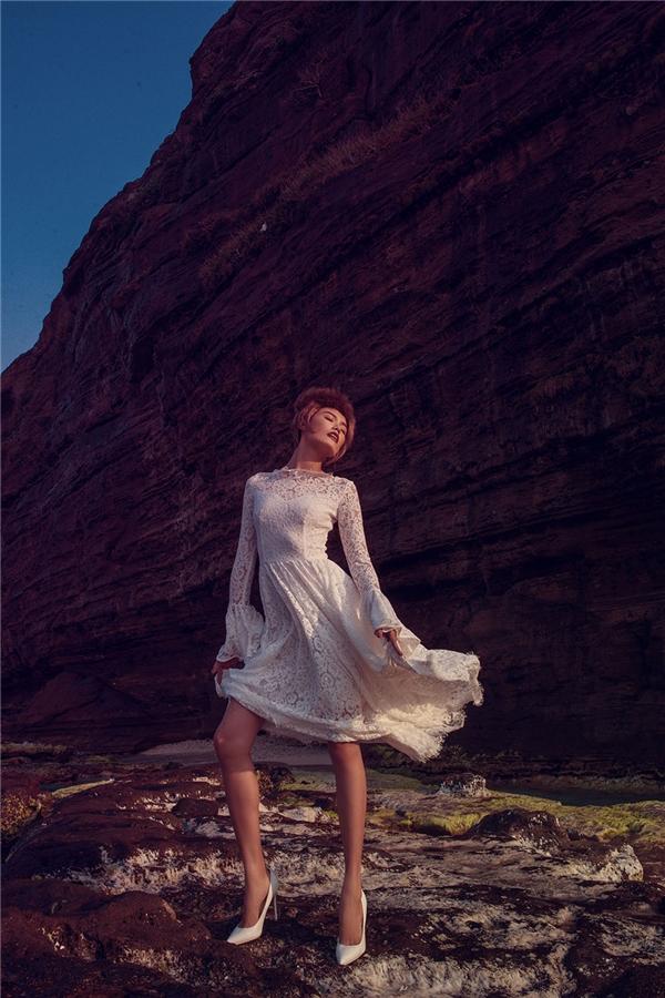 Thiết kế với phom váy xòe cổ điển mang dấu ấn đặc trưng của Đỗ Mạnh Cường. Phần tay được tạo điểm nhấn bằng chi tiết ống loe, xếp li. Đơn giản, nhẹ nhàng, tinh tế, sang trọng và hợp mốt, những điều luôn dễ dàng nhìn thấy ở Đỗ Mạnh Cường trong bất kì sự tiên phong nào hay lăng xê xu hướng đang thịnh hành.