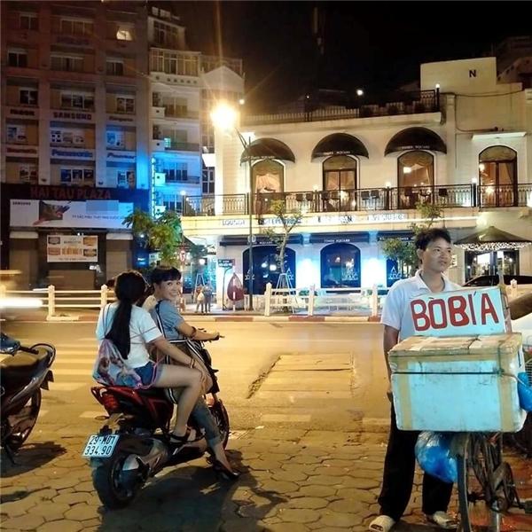Phương Thanh bất ngờ xuất hiện cùng con gái trên con phố ẩm thực nổi tiếng nhất Hà Nội.