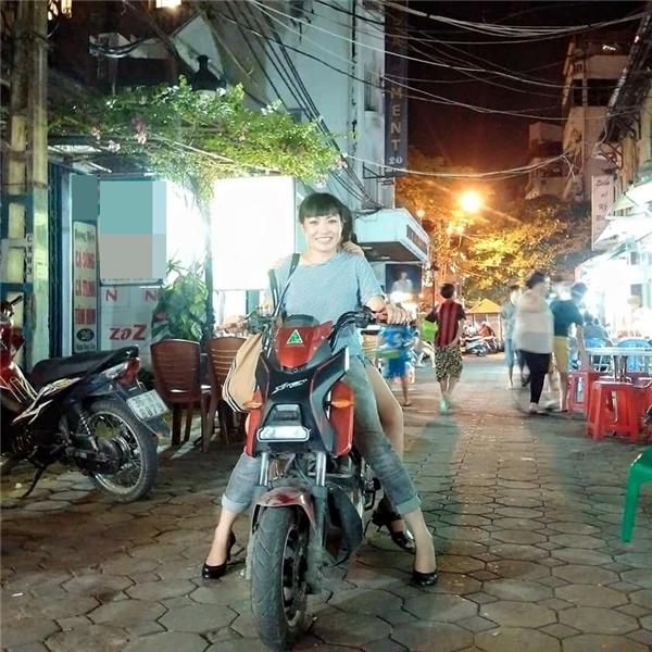 """Chị """"Chanh"""" rạng rỡ đưa con gái đi chơi trên chiếc xe đạp điện giản dị.Bé Gà - con gái Phương Thanhhiện nay đã khoảng 9-10tuổi, tuy nhiên, nữ ca sĩchưa bao giờ có ý định """"khoe"""" con với công chúng."""