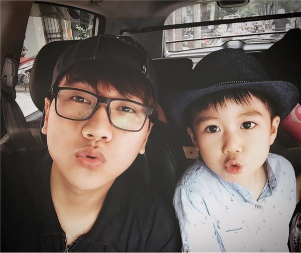 """MC Công Tố cùngcháu trai selfie """"đọ"""" vẻ dễ thương."""