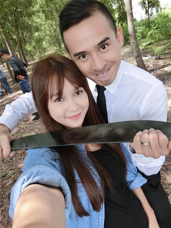 """Nữ diễn viên Sam khiến fan hốt hoảng khi bị Lương Thế Thành dùng dao """"kề cổ"""" thế này mà vẫn rạng rỡ selfie được."""