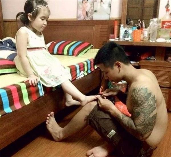 Trong lòng bố thì con là cô công chúa cần được nâng niu bảo vệ nhất trên đời này.(Ảnh: Internet)