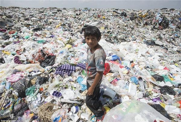 Trẻ em và người lớn đã quá quen với những mùi hôi thối từ bãi rác.