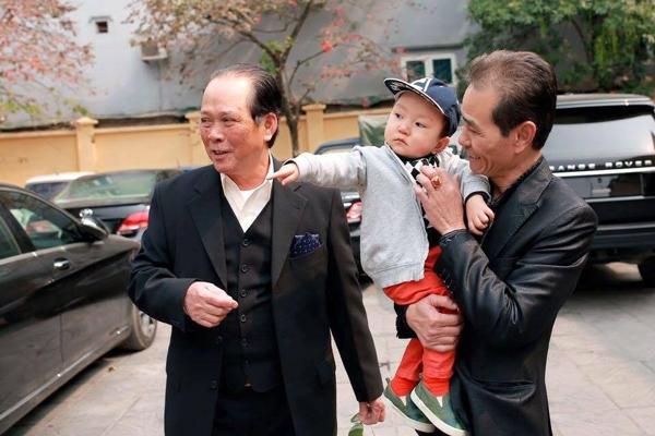 """Từ khi """"bảo bối"""" của cả gia đìnhra đời, dù bận rộn với sự nghiệp nhưng Tuấn Hưng lẫn Hương Baby đều dành tất cả thời gian cũng như ưu tiên việc chăm sóc Su Hào lên hàng đầu.     Không chỉ bố mẹ, ông bà nội - ngoại cũng thường xuyên ở bêncháu cưng. Để thuận lợi cho công việc của con trai và con dâu, hiện tại bố mẹ Tuấn Hưng đã chuyển hẳn vào Nam sinh sống. Còn ông bà ngoại vẫn ở Hà Nội để dù Su Hào có ở đâu hay vợ chồng Tuấn Hưngvắng nhàcũng đều có ông bà hai bên thay nhau chăm sóc bé. - Tin sao Viet - Tin tuc sao Viet - Scandal sao Viet - Tin tuc cua Sao - Tin cua Sao"""