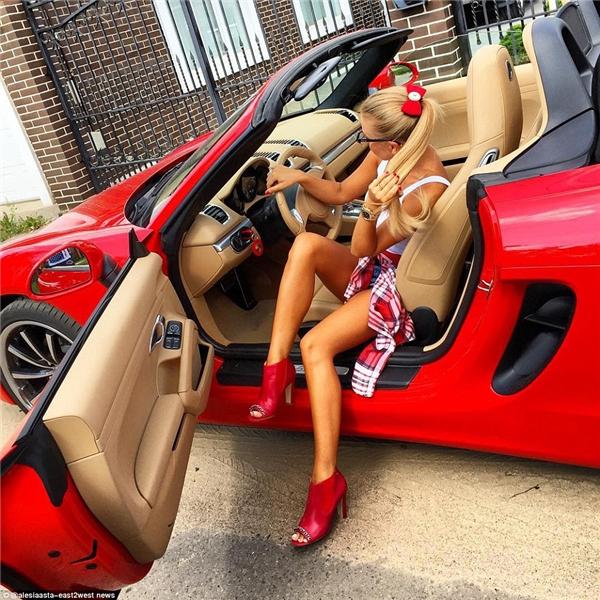 Hẳn là việc đầu tư cho cả bộ sậu từ móng tay, quần áo, giày, túi xách đến siêu xe cho cùng một màu đã tốn kha khá thời gian của cô nàng này.(Ảnh: Daily Mail)