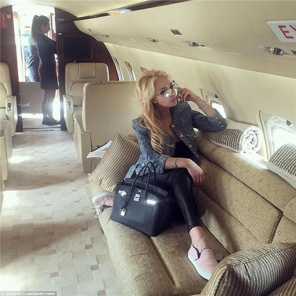 """Cô nàng sành điệu này đăng ảnh đang ngồi trên phi cơ riêng cùng dòng chú thích: """"Cả nhà ơi, gợi ý cho mình phải đi đâu chơi với! Mình quá mệt mỏi vì… nghỉ dưỡng nhiều rồi"""". (Ảnh: Daily Mail)"""