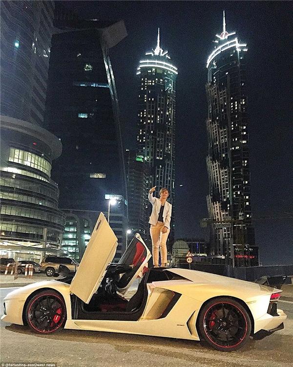 """Chàng trai trẻ trèo lên nóc chiếc siêu xe trắng bóng loáng và chụp ảnh """"gây sốc"""".(Ảnh: Daily Mail)"""