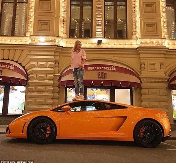 """Giới con nhà giàu Nga rất ưa chuộng """"mốt"""" leo lên siêu xe chụp ảnh như thế này.(Ảnh: Daily Mail)"""