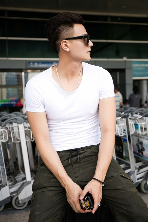 Vĩnh Thụy mặc áo thun bó sát khoe thân hình cường tráng, vạm vỡ tại sân bay.