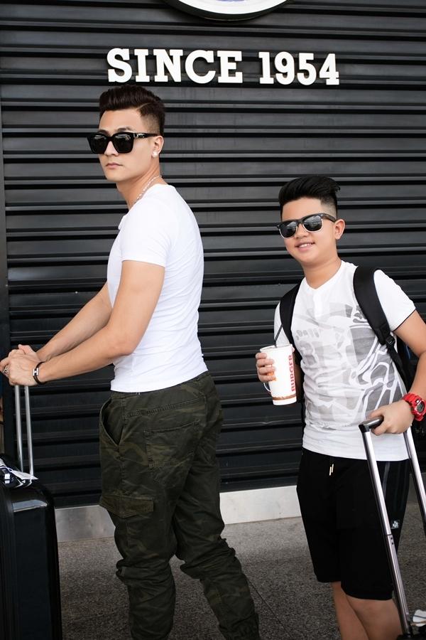 """Hai anh em đồng điệu với áo trắng, kính mát đen nhìn rất sành điệu. Vĩnh Thụy cho biết anh và em trai rất thân nhau, dù tuổi cách khá xa. Ngay khi hình ảnh này được đăng tải, nhiều lời khen ngợi Quốc Thái cóvẻ điển trai """"nam thần"""" không kém Vĩnh Thụy."""