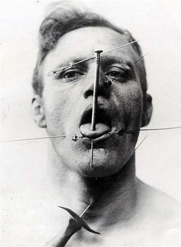 Người đàn ông nhìn khá ghê rợn với kim loại nhọn xuyên thủng da của mình mà vẫn không hề hấn gì. (Ảnh: Internet)