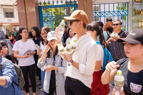 Được biết, việc làm này của Soobin và FC sẽ kéo dài trong suốt 3 ngày ở một số điểm trường tại TP.HCM, Hà Nội và Đà Nẵng. Số lượng chai nước là 5000 chai trong 3 ngày.