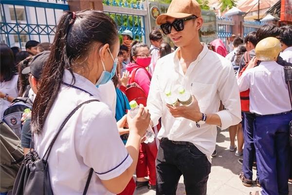 Đây không phải năm đầu tiên Soobin sát cánh cùng các thí sinh trong cuộc thi Đại Học. Năm ngoái anh đã cùng fan phát hết 20 ngàn chai nước cho các thí sinh tại Hà Nội.