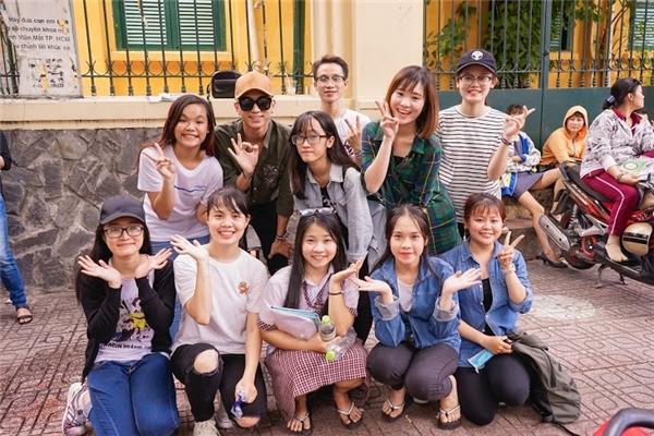 Bên cạnh Soobin Hoàng Sơn luôn có sự hỗ trợ nhiệt tình từ các bạn trong fanclub.