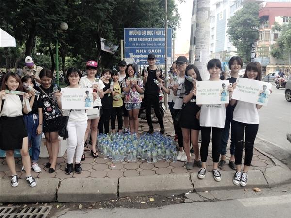 Fans của Soobin Hoàng Sơn tại Hà Nội và Đà Nẵng hăng hái tham gia phát nước miễn phí cho các bạn thí sinh cùng phụ huynh.