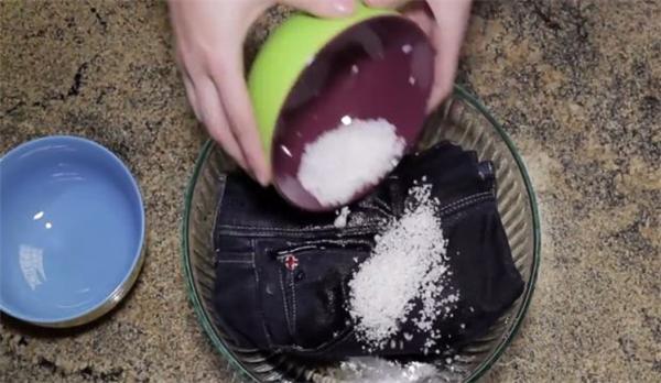 Đổ muối và nước vào chiếc quần jeans và vò, chiếc quần sẽ luôn có vẻ mới theo thời gian.