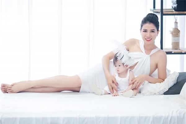 Nhân dịp con gái tròn 7 tháng tuổi, Trang Trần quyết định thực hiện bộ ảnh mới dành cho hai mẹ con. - Tin sao Viet - Tin tuc sao Viet - Scandal sao Viet - Tin tuc cua Sao - Tin cua Sao